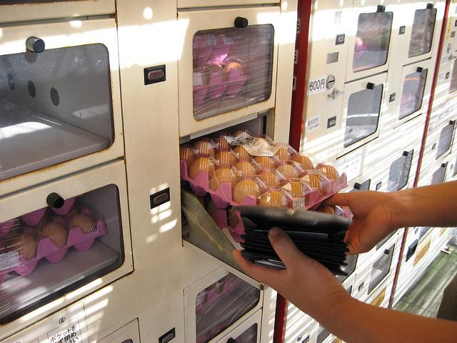 Automatele cu ouă, noua găselniță a operatorilor de vending