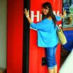 În Singapore există un aparat de vending care, atunci când este îmbrățișat, eliberează o sticlă de Coca Cola gratuit. Ineditul automat reprezintă o parte a campaniei de promovare a companiei,...