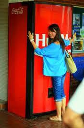 În Singapore, îmbrățișezi un automat și obții o Cola
