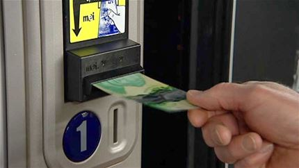 Noile bancnote canadiene de 20 de dolari creează problemeNew $20 bill frustrates vending machine companies