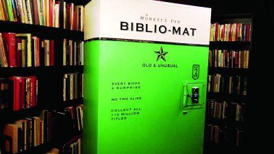 Un aparat de vending care distribuie aleator cărți