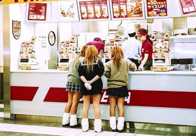 Un studiu efectuat de Universitatea Illinois din Chicago spune că eliminarea aparatelor de vending din școli poate creşte consumul de sucuri şi alimente fast food