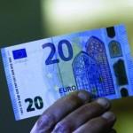 Banca Centrală Europeană a dezvăluit recent la sediul său din Frankfurt noua bancnotă de 20€ şi a anunţat că aceasta va intra în circulaţie pe 25 noiembrie 2015. Noua bancnotă...