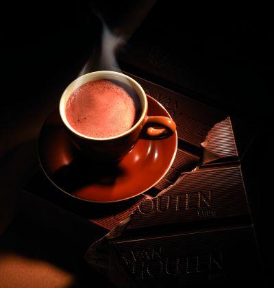BĂUTURA TA DE CIOCOLATĂ DE VIS – Van Houten și Luxul de Ciocolată