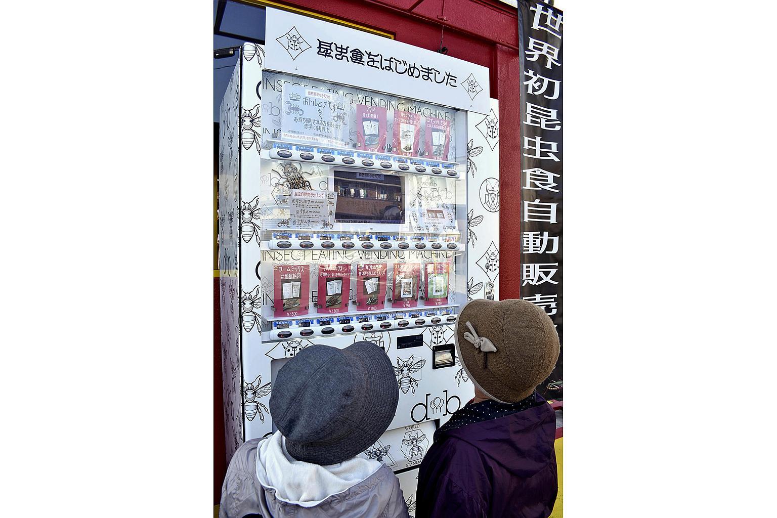 În Japonia, un vendomat de gustări cu insecte face furori printre localnici